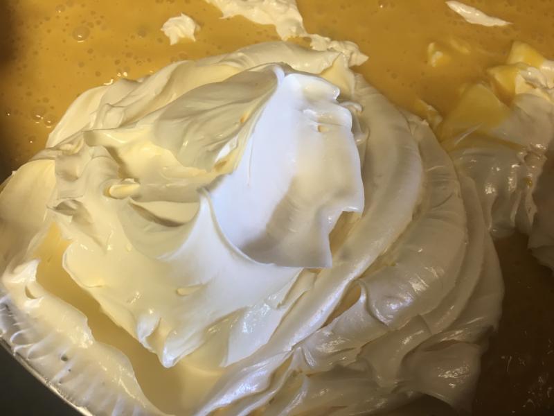 合わせたバターと生地をまぜていく